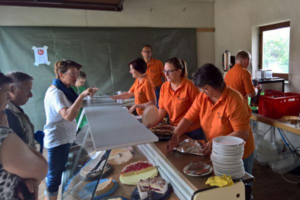 Kuchenverkauf beim Ettlenschießer Dorffest 2017