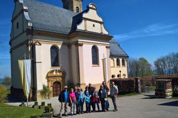 Vor der Wallfahrts- und Pfarrkirche Sankt Maria auf dem Hohenrechberg